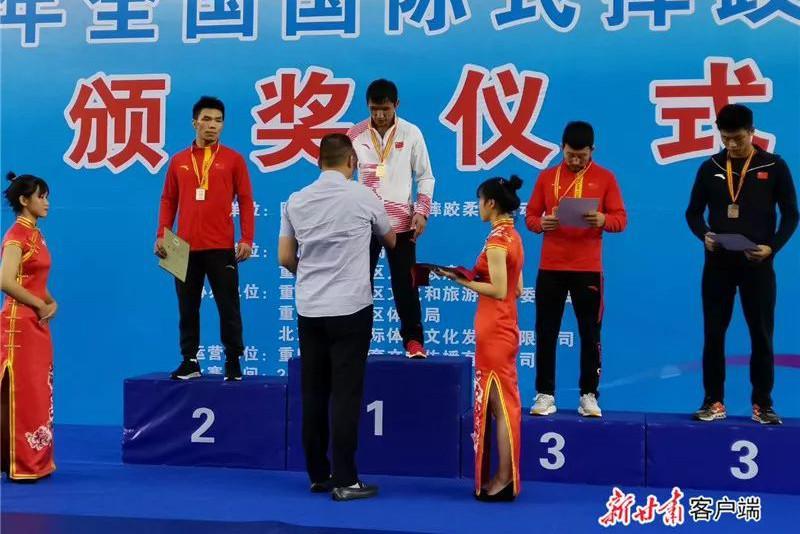 哈萨克族运动员获得中国国际式摔跤冠军赛金牌