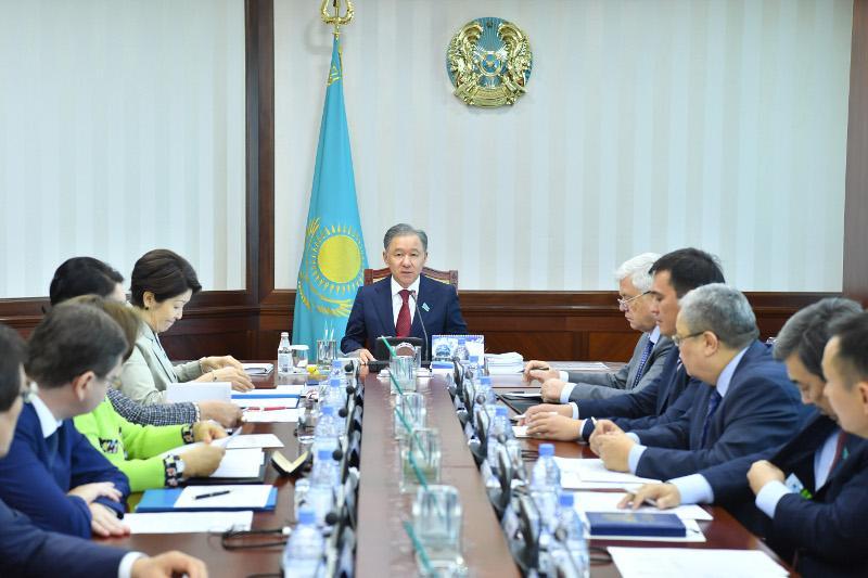 努尔兰·尼格马图林主持召开下院主席团会议
