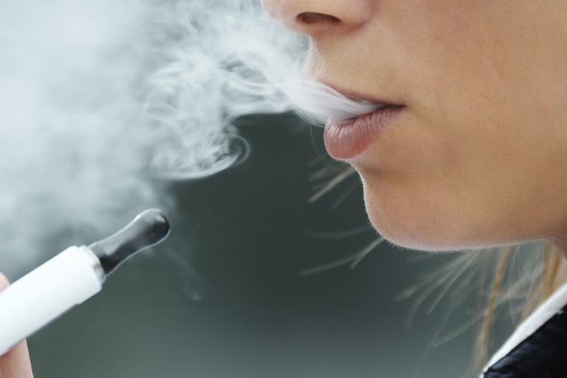 С рейса Алматы-Караганда сняли девушку за курение электронной сигареты