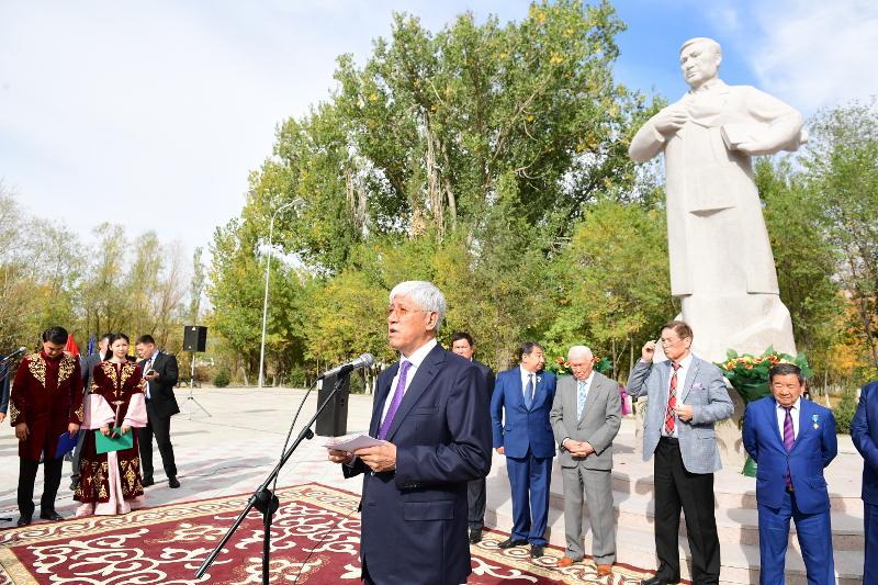 Памятник Ильясу Жансугурову установили на родине поэта к его юбилею