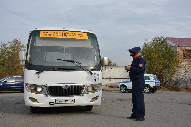Переоборудование, бардак, разговоры по телефону за рулем – автобусы проверяют в СКО