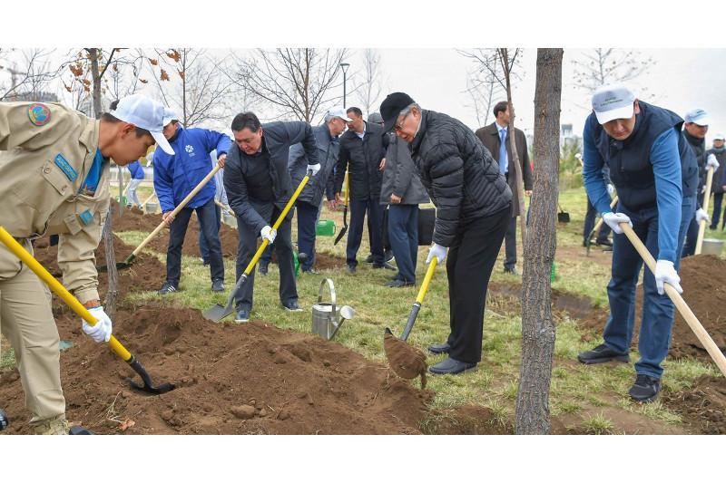 Kazakh President planting trees in Botanical Garden