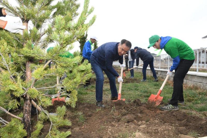 Бакытжан Сагинтаев посадил деревья во дворах школ Алматы