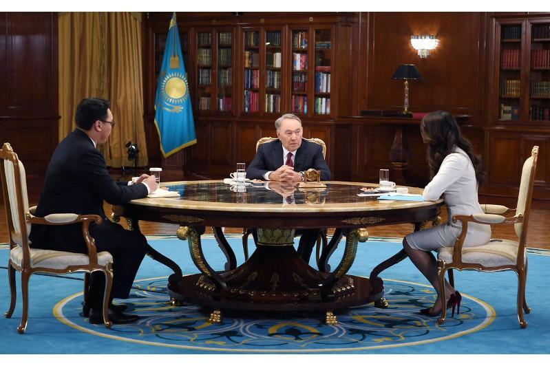 哈萨克斯坦首任总统接受哈巴尔电视台专访