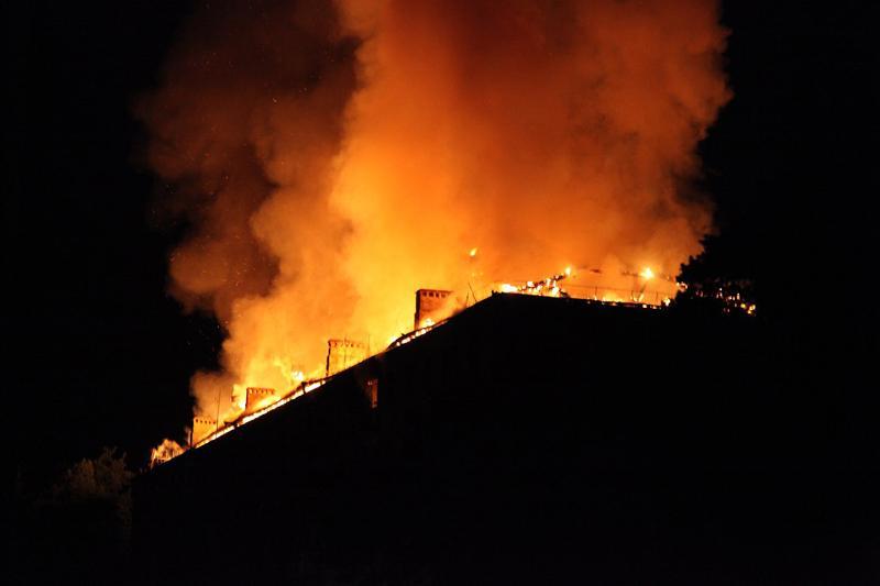 Из-за пиротехники сгорела крыша Дома культуры в Костанайской области