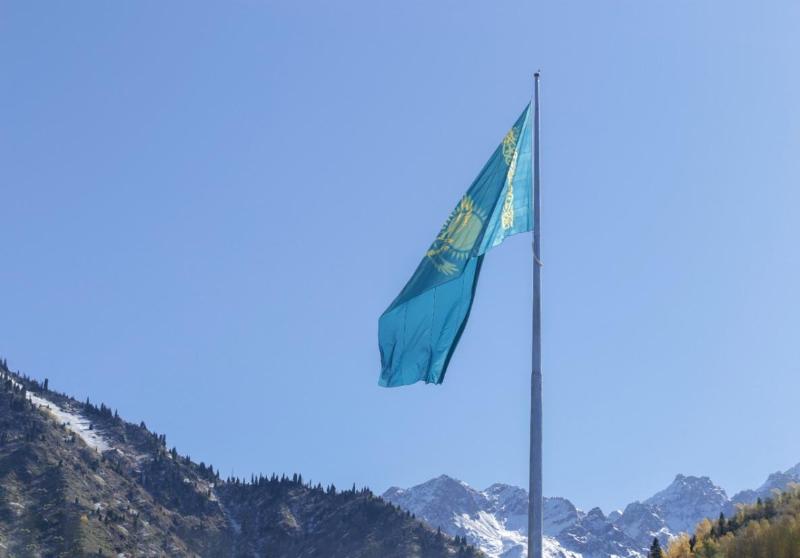Самый большой в Алматы флаг Казахстана установили на Медеу