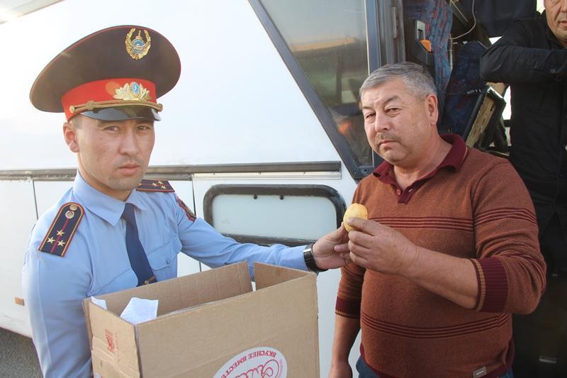 Павлодарлық полицейлер рейстік автобус жүргізушілеріне шәй мен бауырсақ таратуда