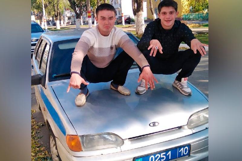 Полиция көлігінің капотына шығып «селфи» түсірген екі жігіт қамалды – Қостанай облысы
