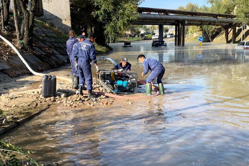 Из-за порыва теплотрассы затопило улицу в Алматы