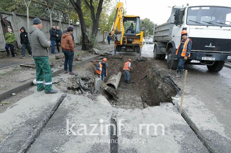 Вторая авария на теплотрассе в Алматы: пострадало свыше 10 автомобилей