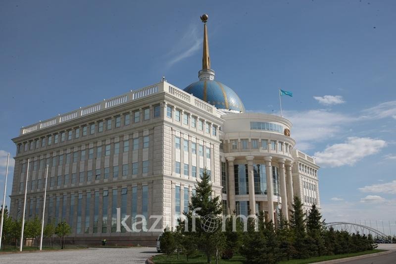 托卡耶夫总统接见宪法委员会主席麦米