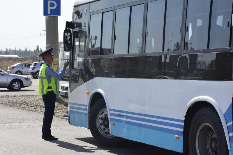 Водитель-нарушитель без прав возил пассажиров в маршрутном автобусе в Таразе