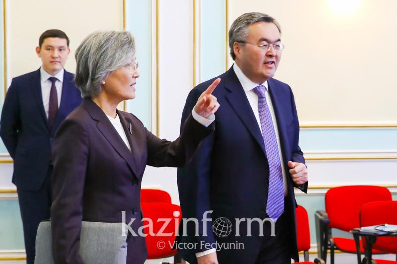 哈韩两国外长在努尔-苏丹举行会晤