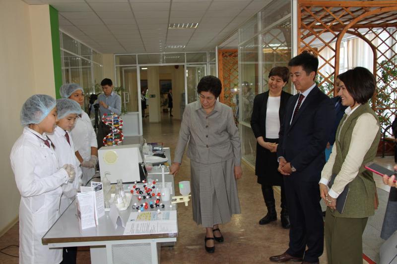 乌拉尔市纳扎尔巴耶夫精英学校太阳能发电站启用