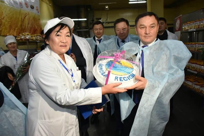 В День хлеба аким Акмолинской области посетил хлебопекарный комбинат