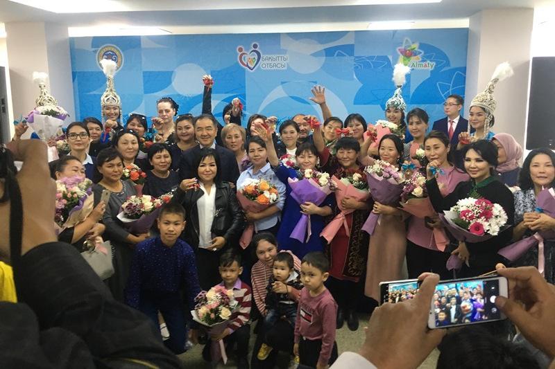Ключи от новых квартир из рук акима получили многодетные семьи в Алматы
