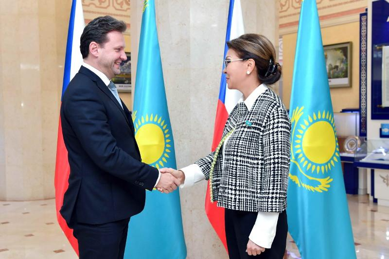 参议院议长纳扎尔巴耶娃会见捷克众议院议长