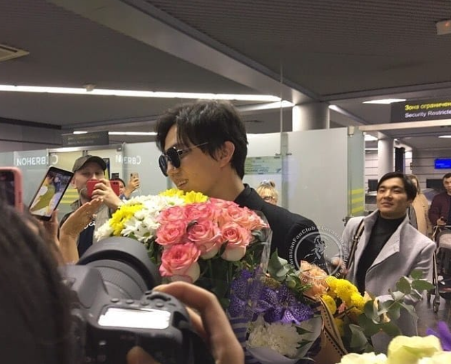 迪玛希抵达索契被鲜花包围