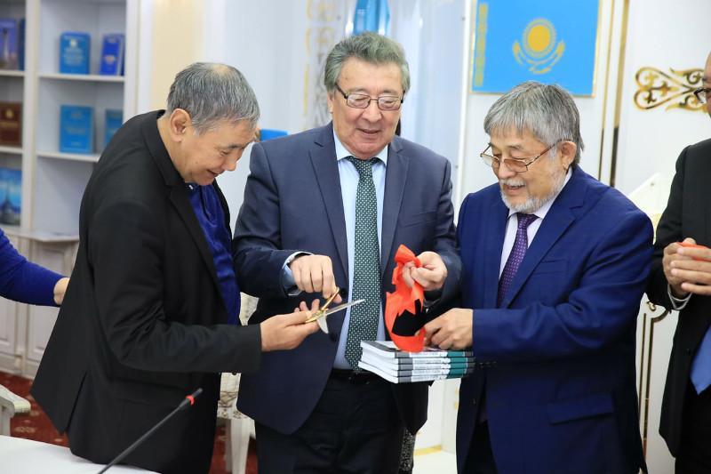 Рахымжан Отарбаевтың орыс тіліндегі екі кітабы жарыққа шықты