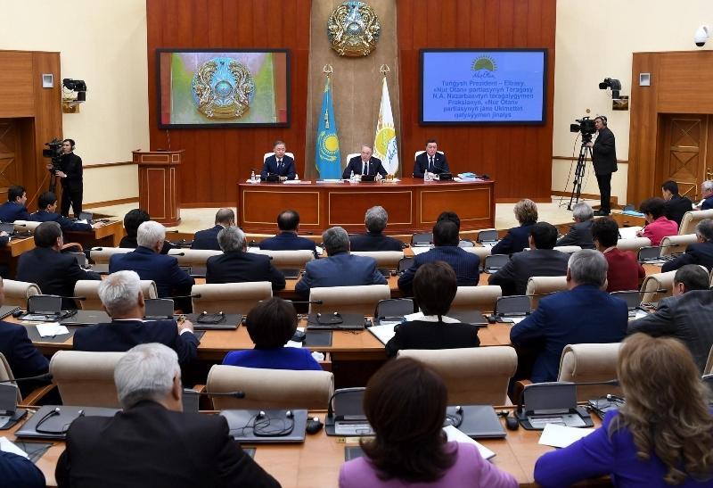 Правительство и фракция Nur Otan должны вместе решать конкретные проблемы людей - Елбасы