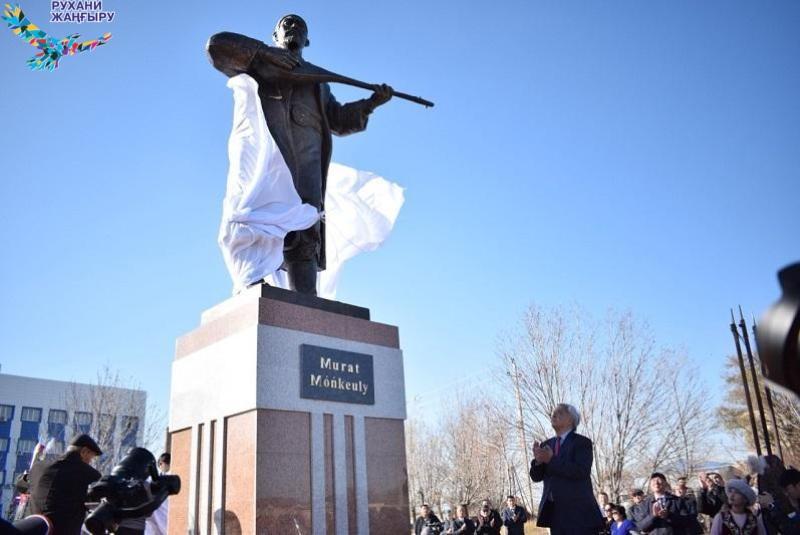 Памятники Мурату Монкеулы и Табылды Досымову установили в Атырауской области