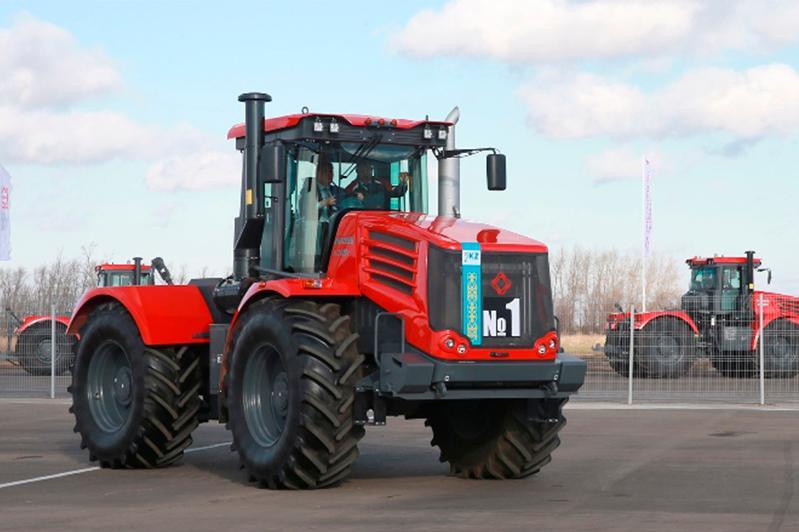 Asqar Mamın Qazaqstanda alǵash shyǵarylǵan «Kırovets» traktoryn aıdap kórdi
