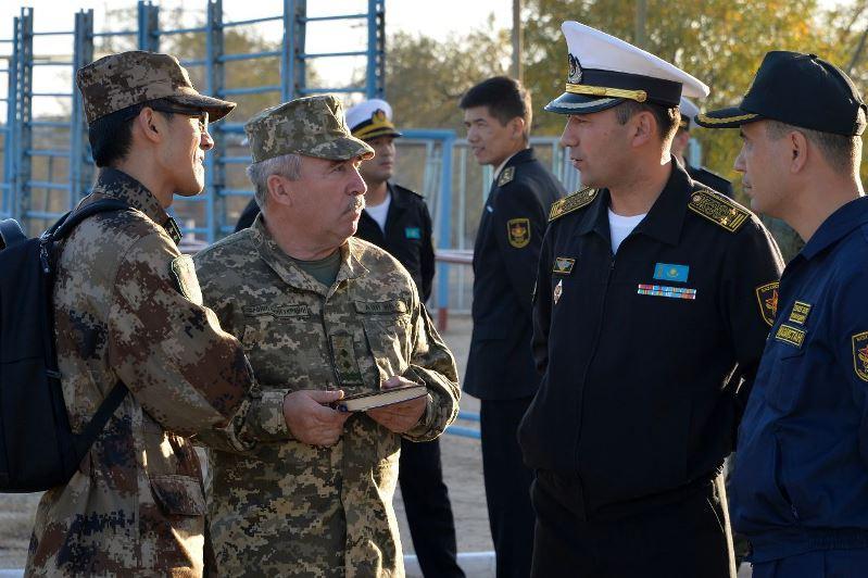 外国驻哈武官团访问阿克套海军基地