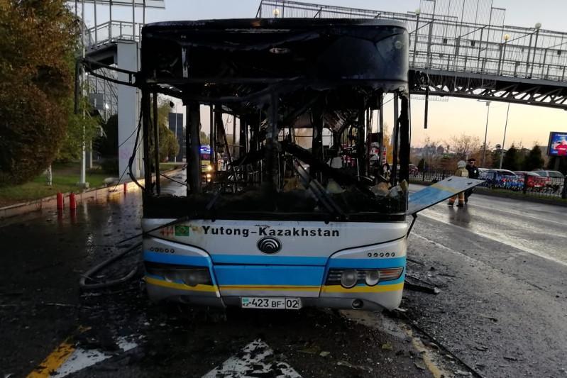 Автобус сгорел в Алматы: подробности пожара рассказали в автопарке