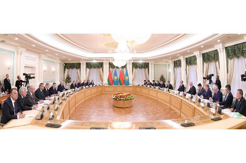 Касым-Жомарт Токаев и Александр Лукашенко провели переговоры в расширенном составе