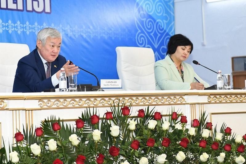 Зарплаты учителей и врачей должны быть выше средней по стране - Бердибек Сапарбаев
