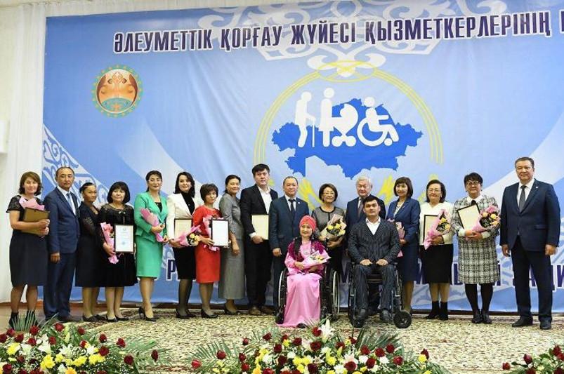 Бердибек Сапарбаев поздравил социальных работников с профессиональным праздником