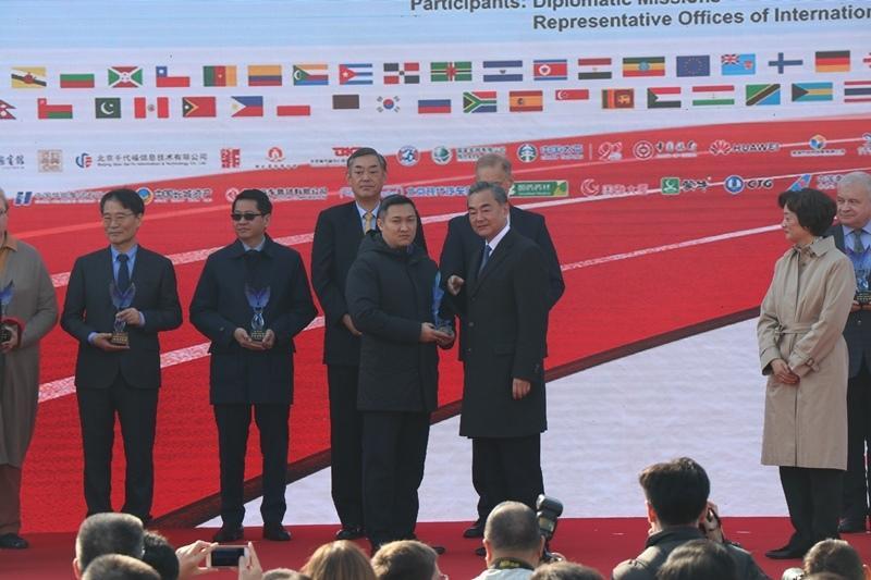 """哈萨克斯坦驻华使馆参加""""大爱无国界""""国际义卖活动"""