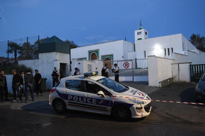 法国一清真寺附近发生枪击案  已致2人受伤