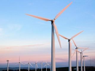 阿克莫拉州正在建立风力和太阳能发电站