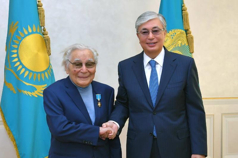 President Tokayev honors Kazakhstani writer Abdizhamil Nurpeissov