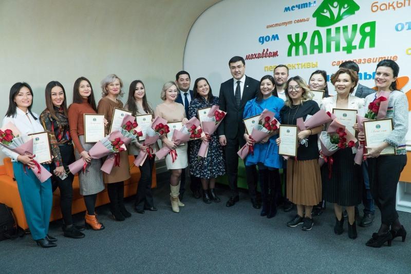 Менторов, бесплатно обучавших матерей азам предпринимательства, наградили в столице