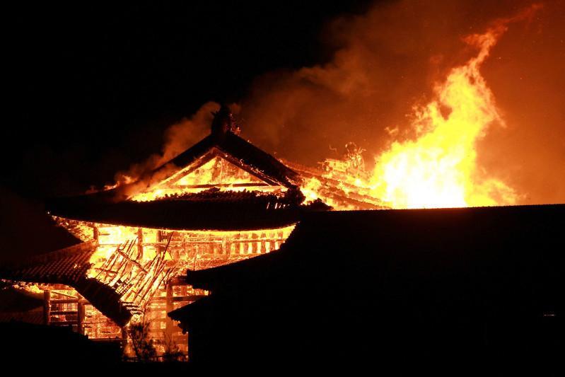 Древний замок из списка наследия ЮНЕСКО сгорел в Японии