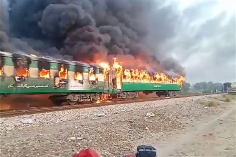 Число жертв пожара в поезде в Пакистане возросло