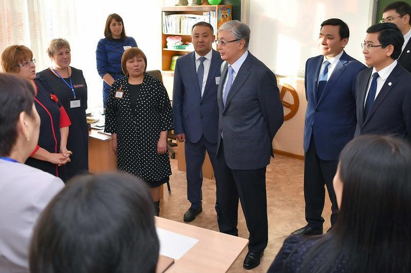 托卡耶夫总统视察首都教育机构