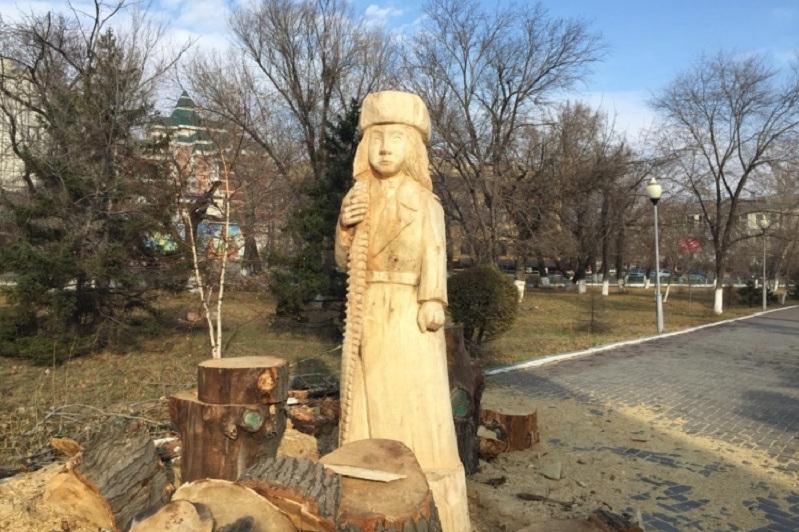 Семейдегі Мәншүк Мәметованың ағаштан жасалған мүсіні алынып тасталды