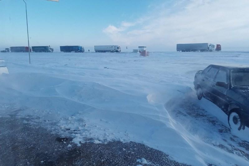 Около 200 автомашин вызволяют из снежного заноса в Актюбинской области