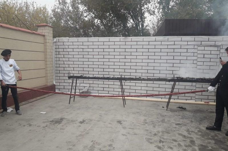 突厥斯坦州美食节现5米长烤肉