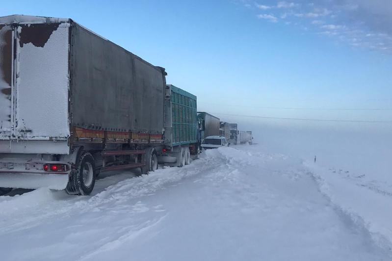 Снежный плен: эвакуирован 31 человек, вызволено 50 машин в Актюбинской области