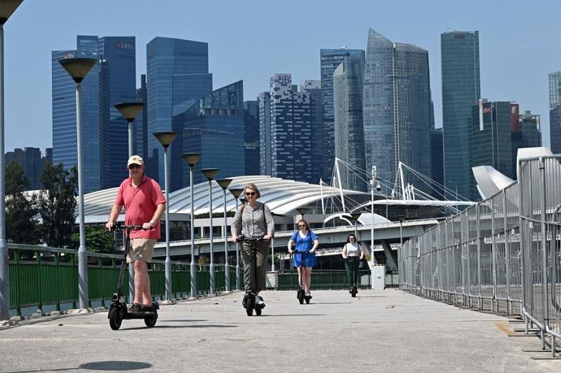 Сингапур ввел запрет на использование электросамокатов на тротуарах