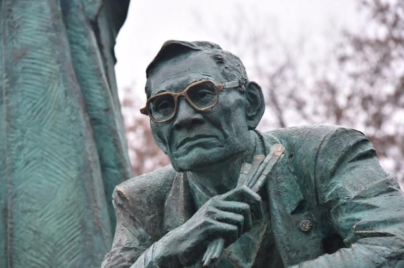 哈萨克艺术家纪念碑在俄罗斯鄂木斯克设立