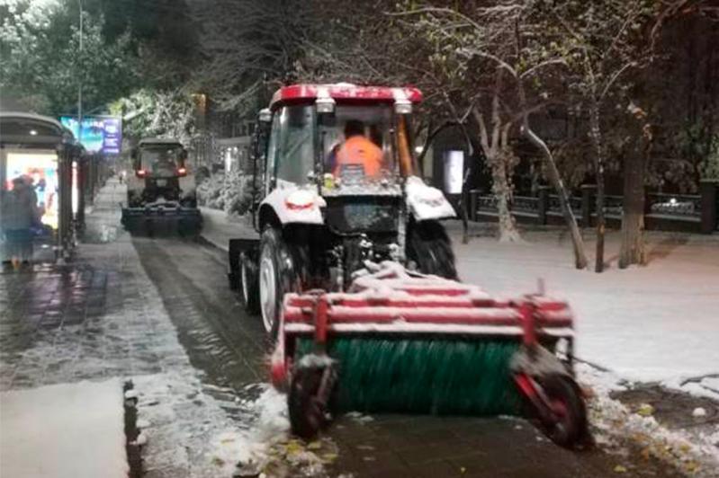 Почти 500 единиц техники и 1,5 тысячи человек чистят улицы Алматы от снега
