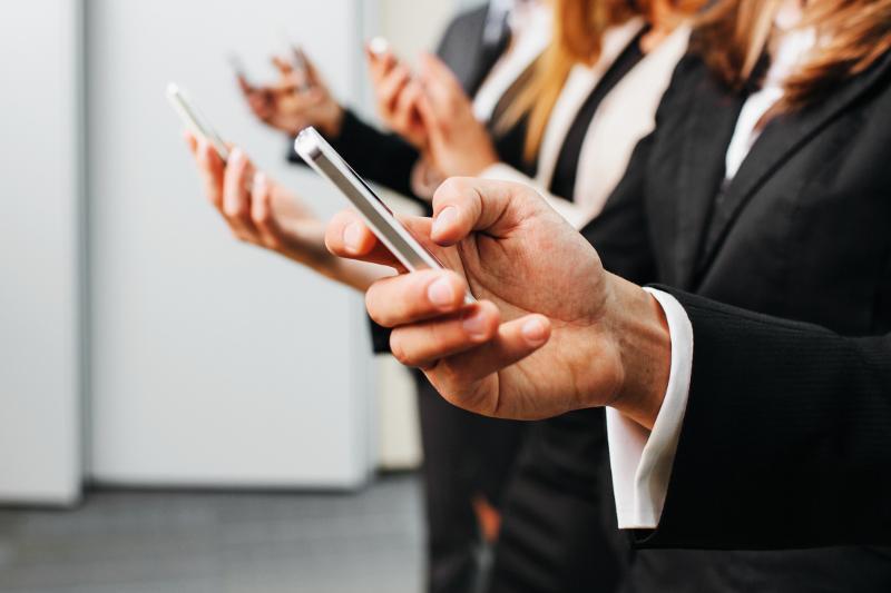 Госслужащим могут разрешить вновь пользоваться смартфонами