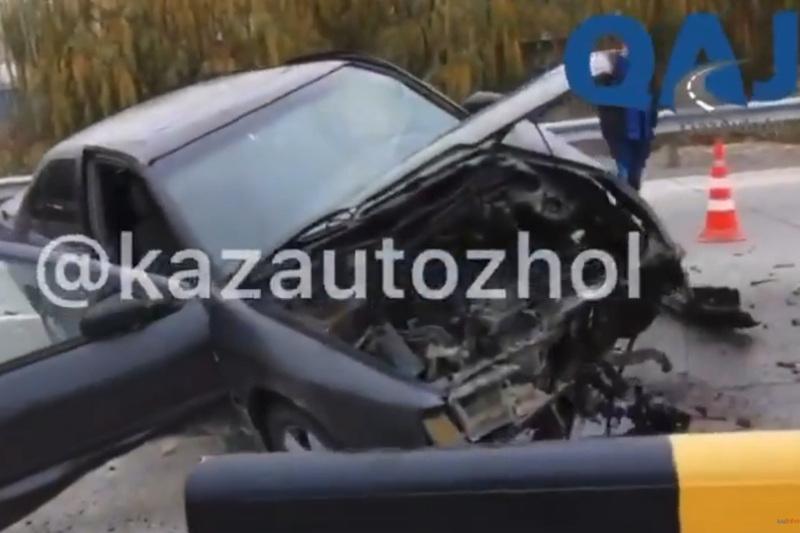 «Алматы - Қорғас» жолында автокөлік қатты жылдамдықпен қоршауға барып соғылды