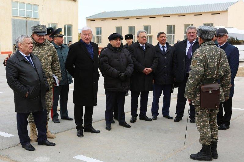 Мажилисмены ознакомились с условиями хранения вооружения Актауского гарнизона