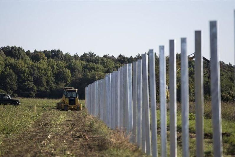 Europe builds new 'Berlin walls' against migrants